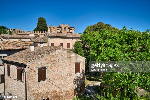 village and castle of gradara, marche - mauro tandoi photos et images de collection