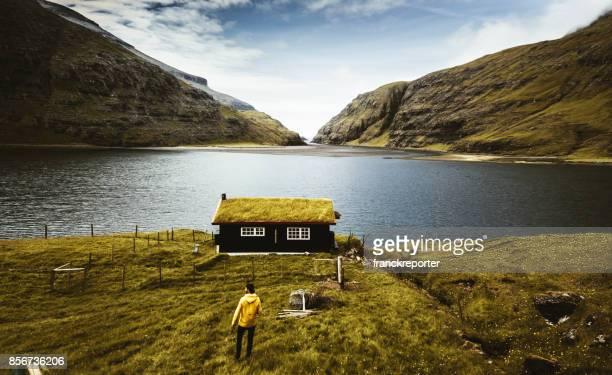 village à saksun avec de l'herbe sur le toit