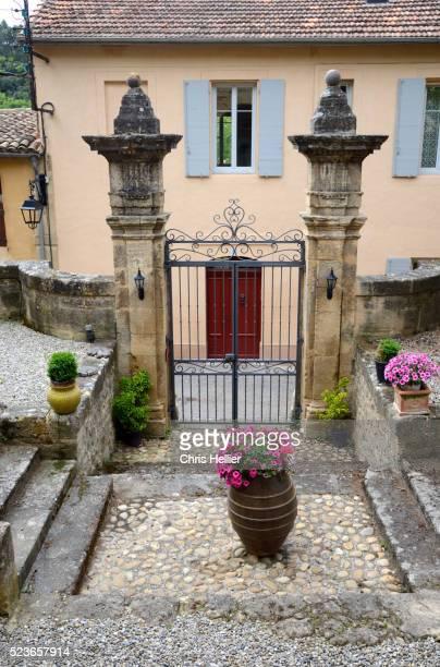 village house & garden jouques provence - jouques photos et images de collection