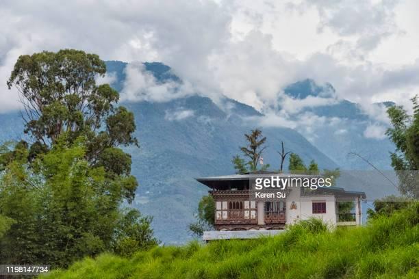 village house in the himalayas, punakha, bhutan - プナカ ストックフォトと画像