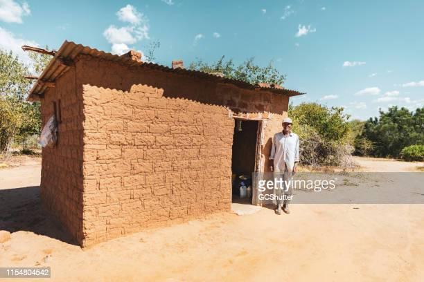 村の小屋 - 掘建て小屋 ストックフォトと画像