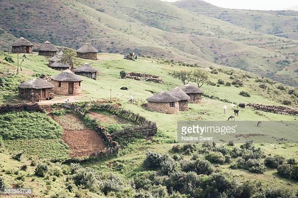 village huts in rural lesotho - lesoto fotografías e imágenes de stock