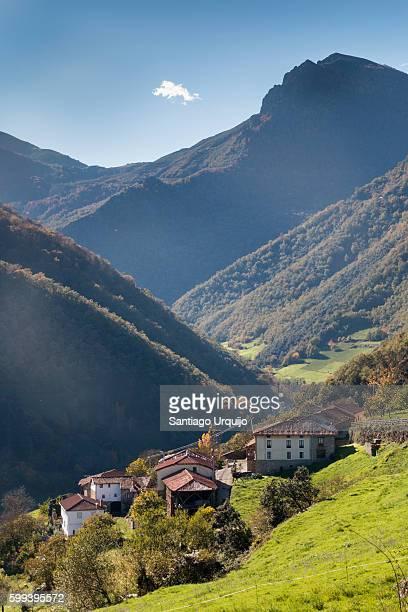 village in the cantabrian range - cantabria fotografías e imágenes de stock