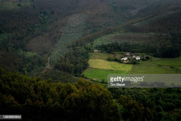 village in the hills of spain - comunidad autónoma de galicia fotografías e imágenes de stock