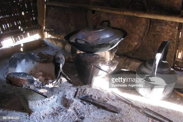 village kitchen in rural remote area of shan hills near kalaw, myanmar (burma) - argenberg fotografías e imágenes de stock
