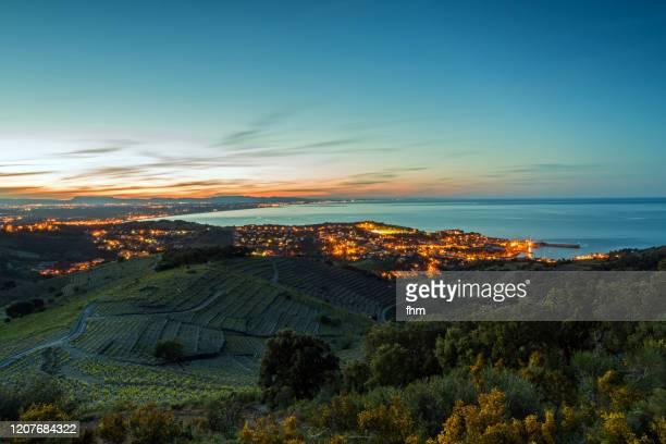 village near mediterranean sea at sunset (languedoc-roussillon, france) - catalogne photos et images de collection