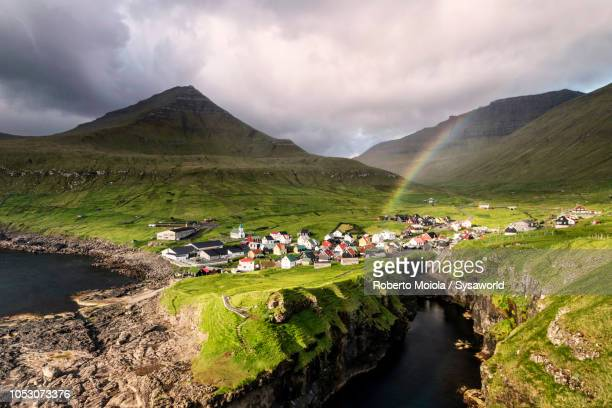 village of gjogv on cliffs, faroe islands - islas faroe fotografías e imágenes de stock