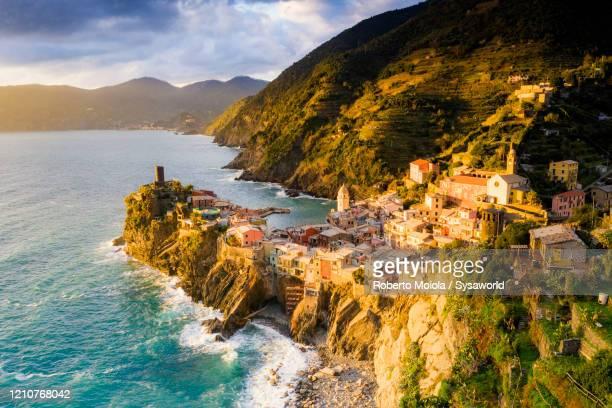 village of vernazza on cliffs, cinque terre, liguria, italy - liguria fotografías e imágenes de stock