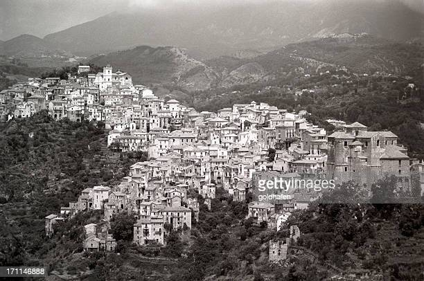 village en las montañas - calabria fotografías e imágenes de stock