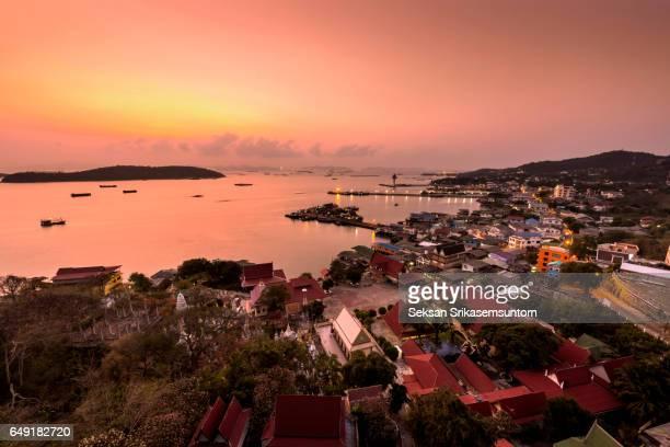 village on the island at sunrise - provinz chonburi stock-fotos und bilder