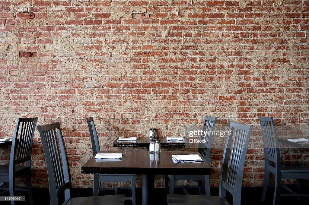 Tavoli E Sedie Da Pub : Villaggio pub muro di mattoni con tavoli e sedie foto stock