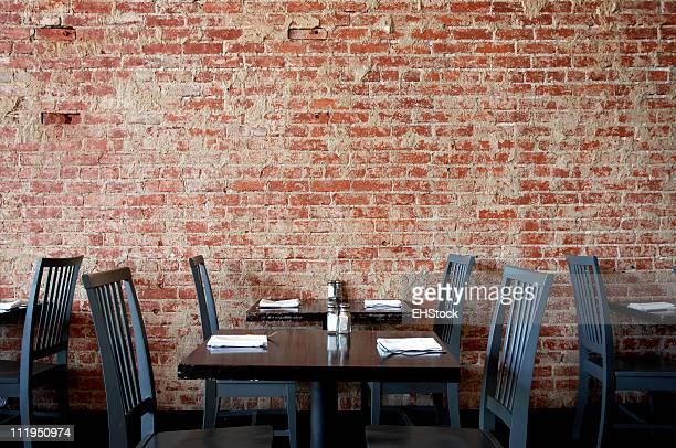 """Village Pub """"Wand mit Tischen und Stühlen"""