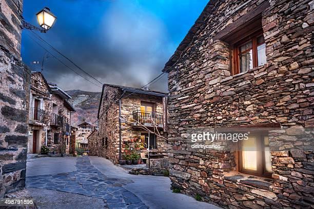 village streets at night. - 石造りの家 ストックフォトと画像