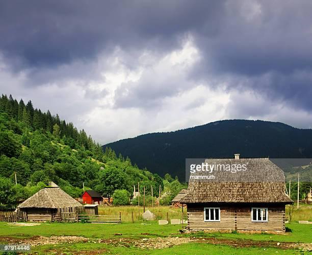 village unter schweren Wolken