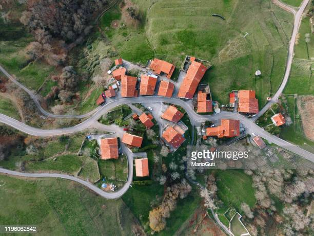 pueblo con tejados de azulejos rojos en españa visto desde arriba - cantabria fotografías e imágenes de stock