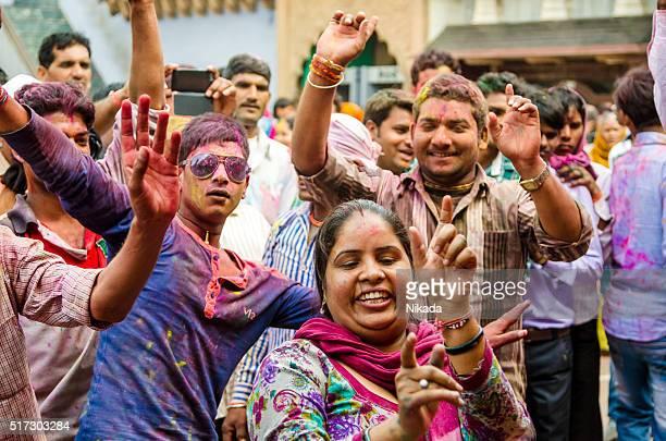 Dorfbewohnern aufgeteilt Feiern Holi in Indien