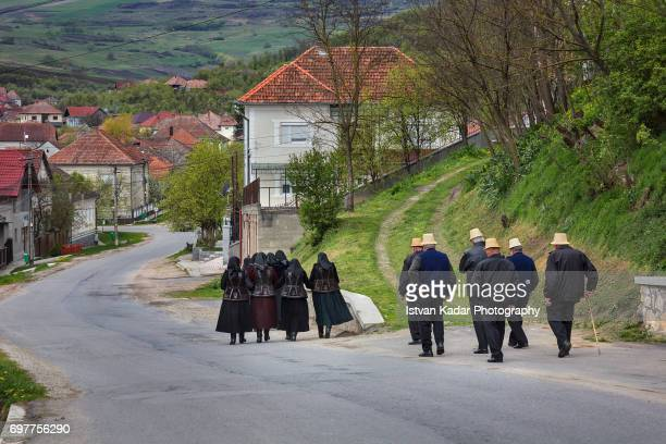 villagers going home from church in szék (sic), transylvania, romania - cultura húngara - fotografias e filmes do acervo
