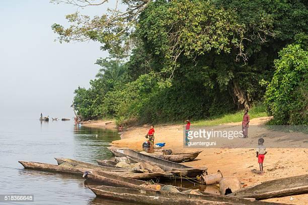 Villageois sur la rive du fleuve Congo