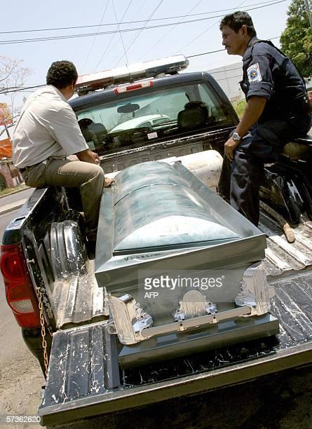 Policias municipales transportan el 18 de abril de 2006 en Villahermosa Tabasco Mexico el feretro de una de las victimas del accidente de un autobus...