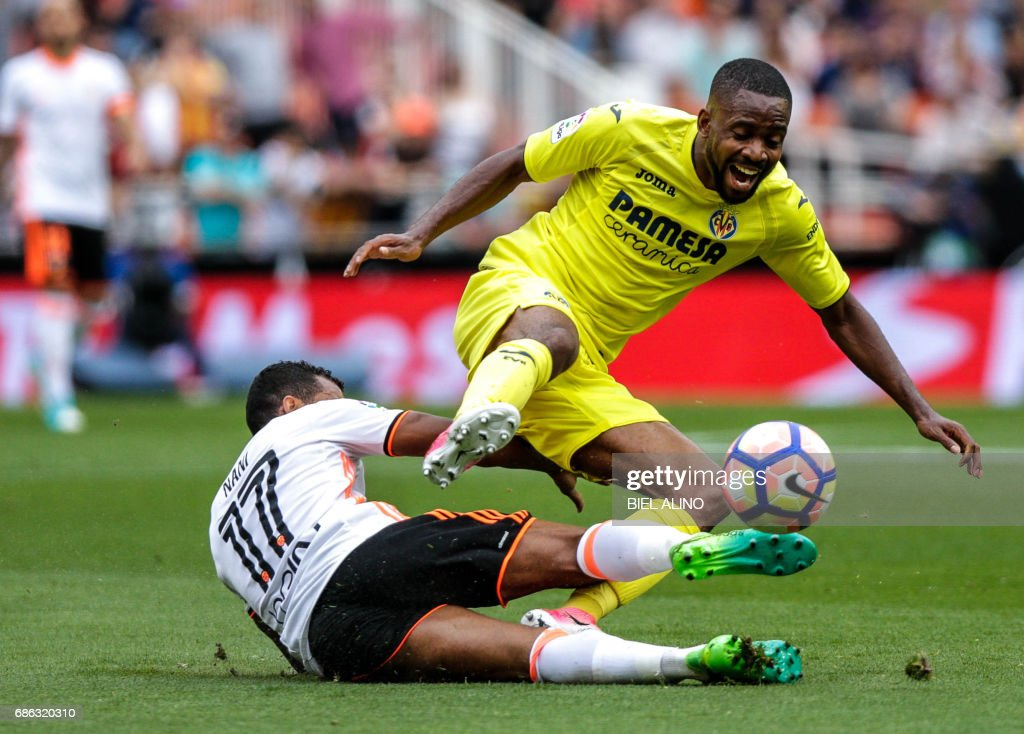 Villareal's French forward Cedric Bakambu (R) vies with Valencia's Brazilian forward Rodrigo Moreno during the Spanish League football match Valencia CF vs Villarreal CF at the Mestalla stadium in Valencia on May 21, 2017. /