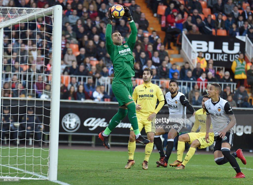 Villarreal's Argentinian goalkeeper Sergio Asenjo grabs the ball during the Spanish league football match Valencia CF and Villarreal CF at Mestalla stadium in Valencia on December 23, 2017. /