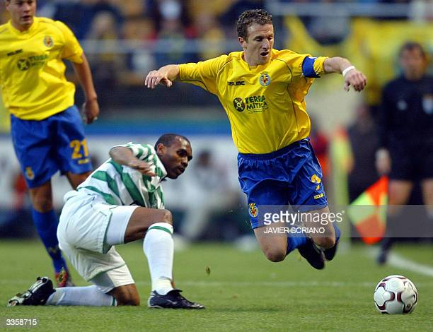 Villarreal's Argentinian Rodolfo Arruabarrena is tackled by Celtic Glasgow's Didier Agathe during their quarter final second leg UEFA Cup football...