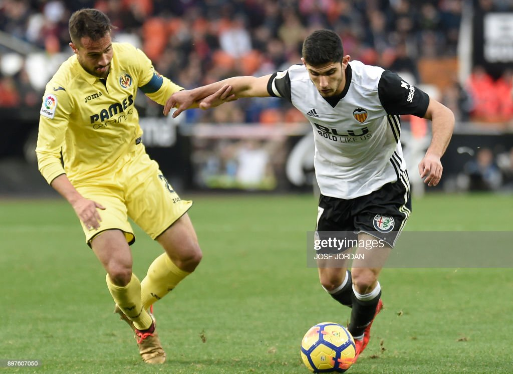 Villarreal's defender Mario (L) vies with Valencia's Portuguese midfielder Manuel Guedes during the Spanish league football match Valencia CF and Villarreal CF at Mestalla stadium in Valencia on December 23, 2017. /