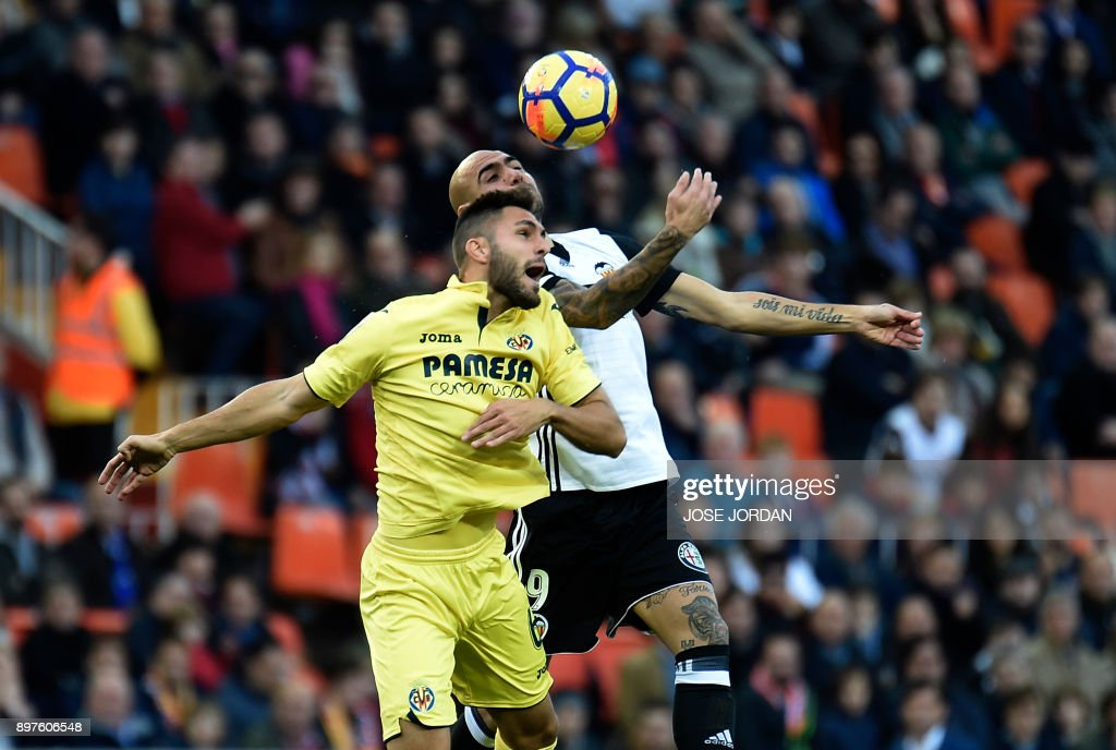 Villarreal's defender Victor Ruiz (L) vies with Valencia's Italian forward Simone Zaza during the Spanish league football match Valencia CF and Villarreal CF at Mestalla stadium in Valencia on December 23, 2017. /