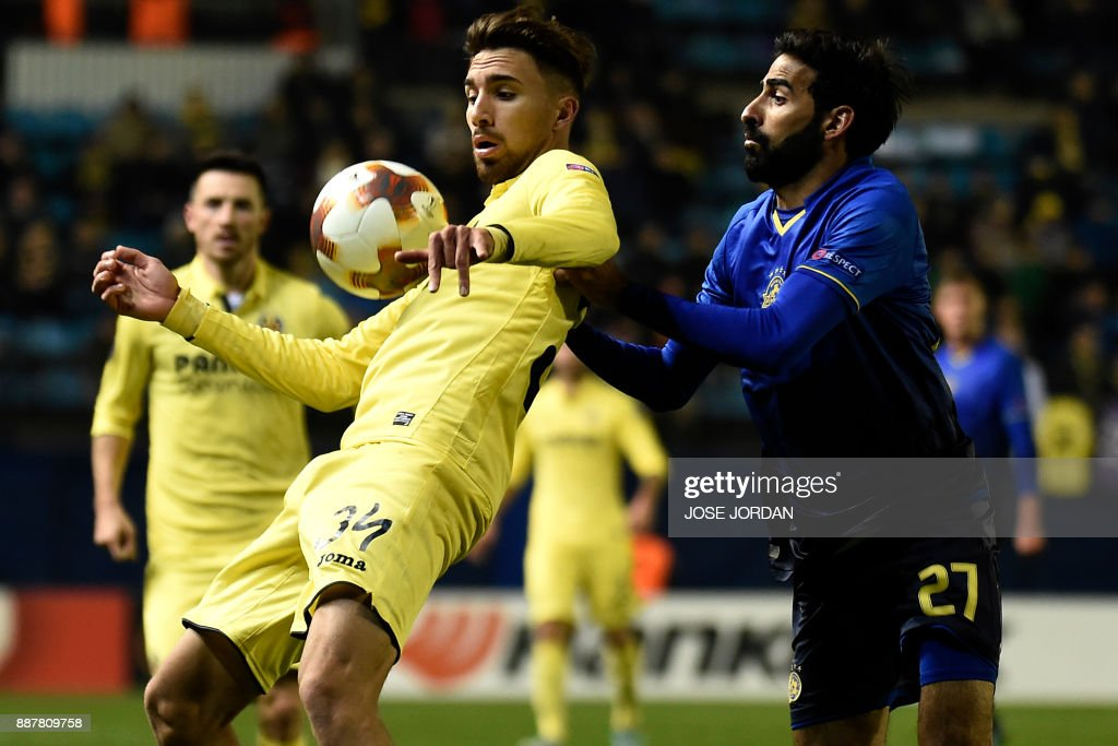 Villarreal's forward Dario Poveda (L) challenges Maccabi Tel Aviv's defender Ofir Davidzada during the UEFA Europa League group A football match between Villarreal and Maccabi Tel Aviv in Villarreal on December 7, 2017. /