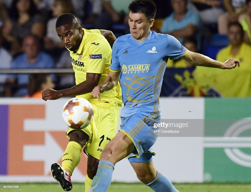 Villarreal's forward from DR Congo Cedric Bakambu (L) shoots to score a goal during the Europa League football match Villarreal CF vs FC Astana at La Ceramica stadium in Vila-real on September 14, 2017. /