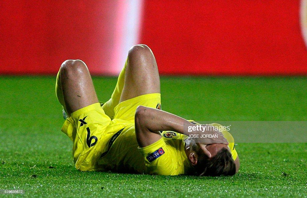 Villarreal's forward Roberto Soldado lies on te field during the UEFA Europa League quarter finals first leg football match Villarreal CF vs AC Sparta Praha at El Madrigal stadium in Vila-real on April 7, 2016. / AFP / JOSE