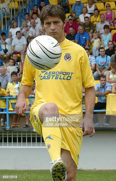 Villarreal's new football player Italian Alessio Tacchinardi plays with a ball during his presentation in Villarreal 01 August 2005 AFP PHOTO/ JOSE...