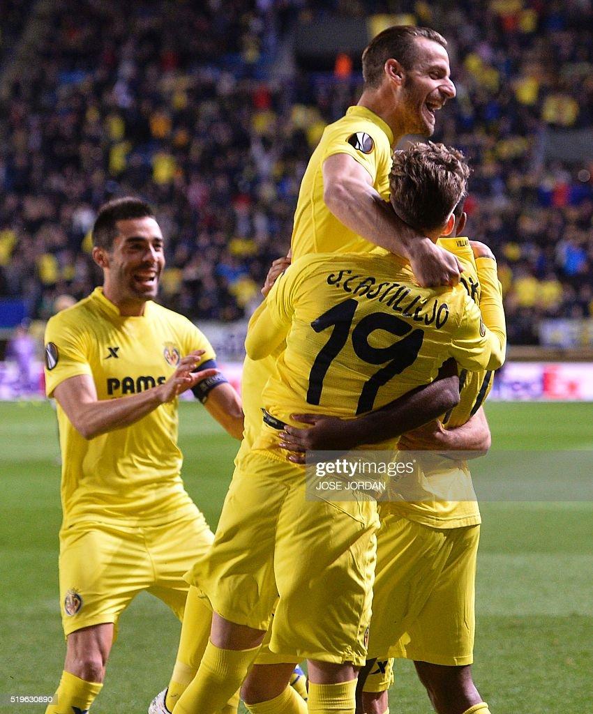 Villarreal's players celebrate a goal during the UEFA Europa League quarter finals first leg football match Villarreal CF vs AC Sparta Praha at El Madrigal stadium in Vila-real on April 7, 2016. / AFP / JOSE