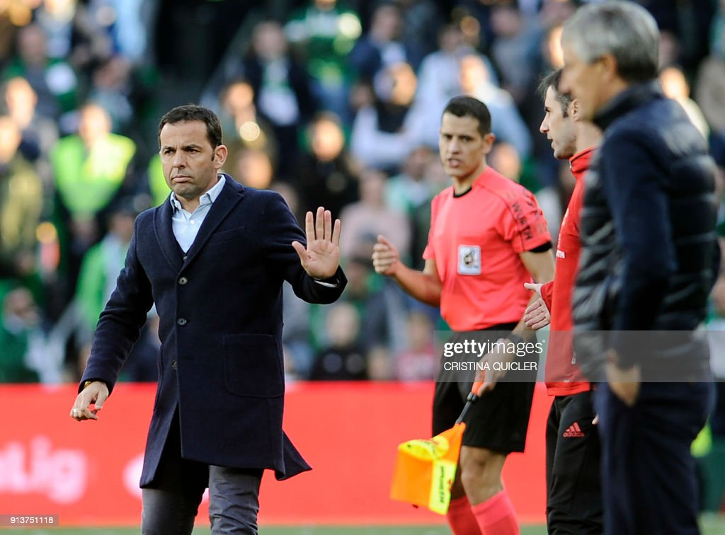 Villarreal's Spanish coach Javier Calleja (L) reacts during the Spanish league football match between Real Betis and Villarreal CF at the Benito Villamarin stadium in Sevilla on February 03, 2018. /