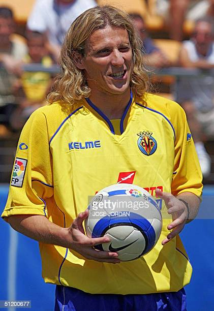 Villarreal's Uruguayan Diego Forlan Corazo poses during his official presentation in Madrigal Stadium in Villarreal 21August 2004 AFP PHOTO/JOSE...