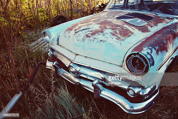 vinatage ford sedan rusting if farmer's field - vintage auto repair stock pictures, royalty-free photos & images