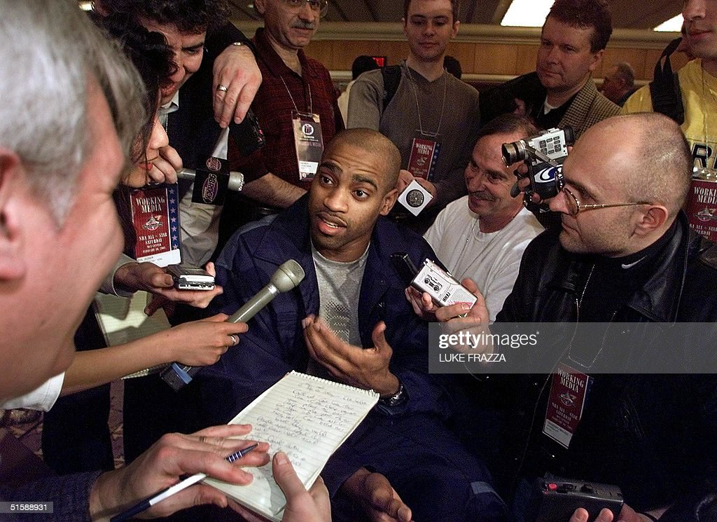 Vince Carter (C) of the Toronto Raptors and member : News Photo
