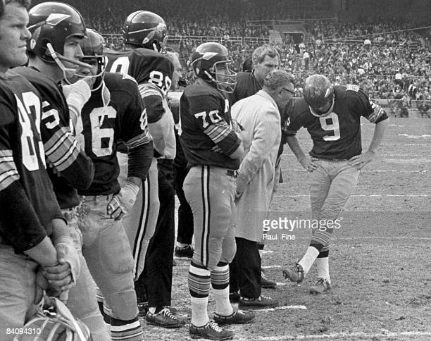 Vince Lombardi Hall of Fame head coach and general manager of the Washington Redskins talks with Hall of Fame quarterback Sonny Jurgensen during the...
