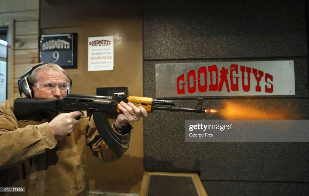 Semi-Automatic Rifles Equipped With Bump Stocks Used At Gun Range : Photo d'actualité