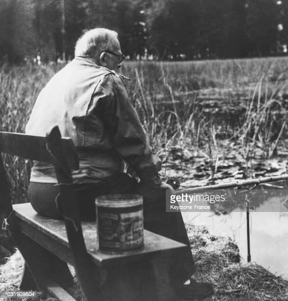 Vincent Auriol pêche tranquillement sur les rives d'un étang de Rambouillet en 1947, en France.