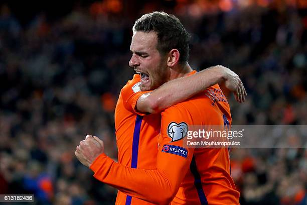 Vincent Janssen of the Netherlands celebrates scoring his teams fourth goal of the game with team mates Davy Klaassen during the FIFA 2018 World Cup...