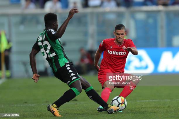 Vincent Laurini of ACF Fiorentina battles for the ball with Alfred Duncan of US Sassuolo during the serie A match between US Sassuolo and ACF...