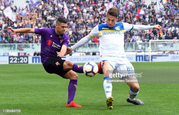 Vincent Laurini of ACF Fiorentina competes for the ball with Andrea Pinamonti of Frosinone Calcio during the Serie A match between ACF Fiorentina and...