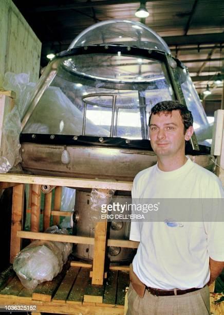 Vincent Lovichi ingénieur de l'Institut supérieur de gestion industrielle de Lille pose à côté de sa maison sousmarine le 11 août 2000 à Nouméa Le...