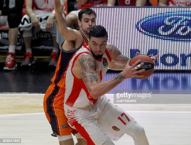 Vincent Poirier #17 of Baskonia Vitoria Gasteiz in action during the 2017/2018 Turkish Airlines EuroLeague Regular Season Round 25 game between...