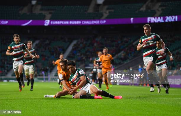Vincent Rattez of Montpellier Herault scores his side's first try while being challenged by Matias Moroni of Leicester Tigers during the European...