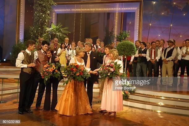 Vincent und Fernando trösten Monika Martin Marianne Hartl Ehemann Michael Hartl Claudia und Alexx dahinter Mitwirkende Sieger der ZDFMusikshow Grand...