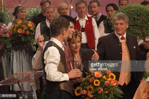 Vincent und Fernando trösten Monika Martin Michael Hartl dahinter Mitwirkende Sieger der ZDFMusikshow Grand Prix der Volksmusik 2006 München...