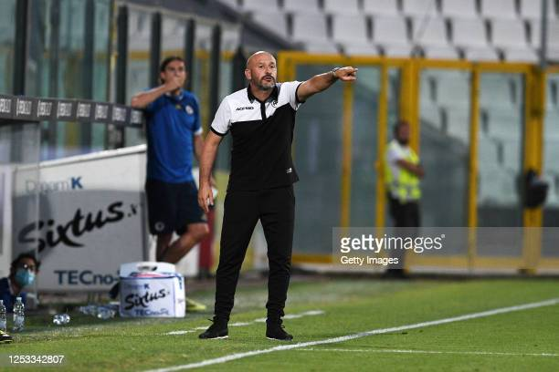 Vincenzo Italiano head coach of ASC Spezia gives his team instructions during the serie B match between ASC Spezia and SC Pisa at Stadio Alberto...