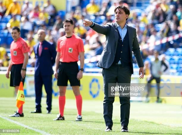 Vincenzo Montella Manager of Sevilla FC gives instructions during the La Liga match between Las Palmas and Sevilla at Estadio Gran Canaria on...